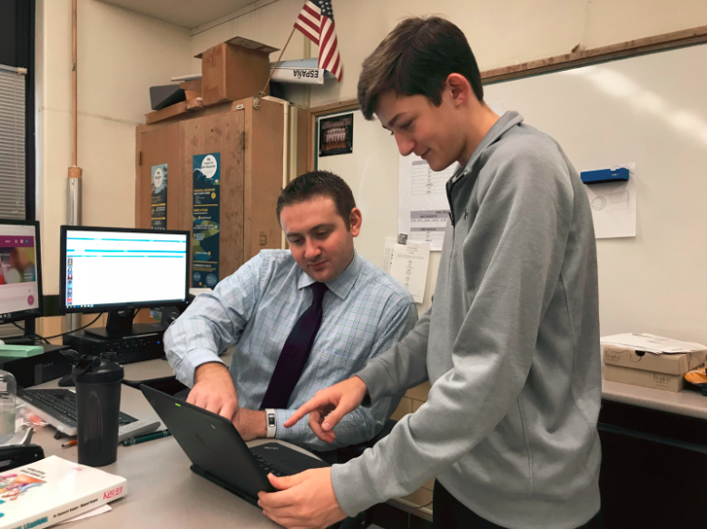 Wilhite+helps+a+student+with+his+laptop
